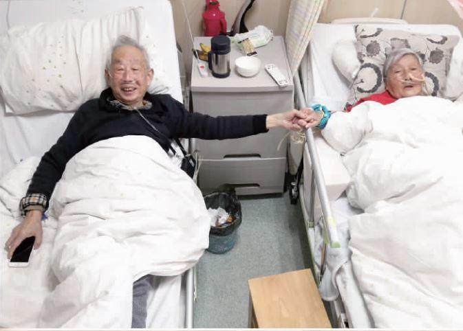 八旬夫妻病房照,看哭所有人。 世界日報記者蘇妍鳳/翻攝
