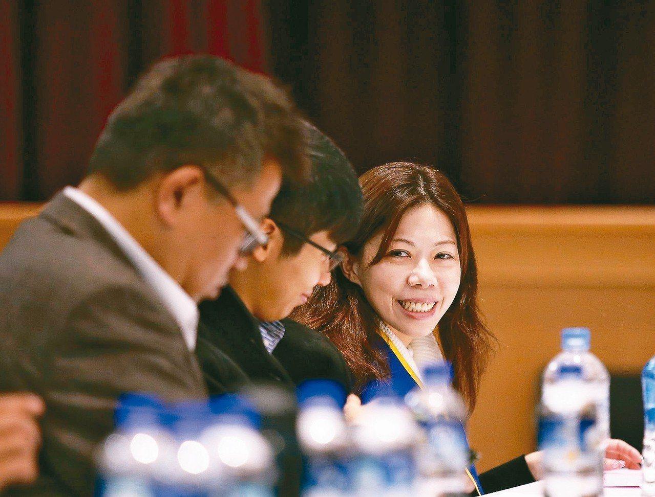 華航表示願意兩年內研議不新聘外籍正機師,勞方代表機師工會理事長李信燕(右)露出笑...