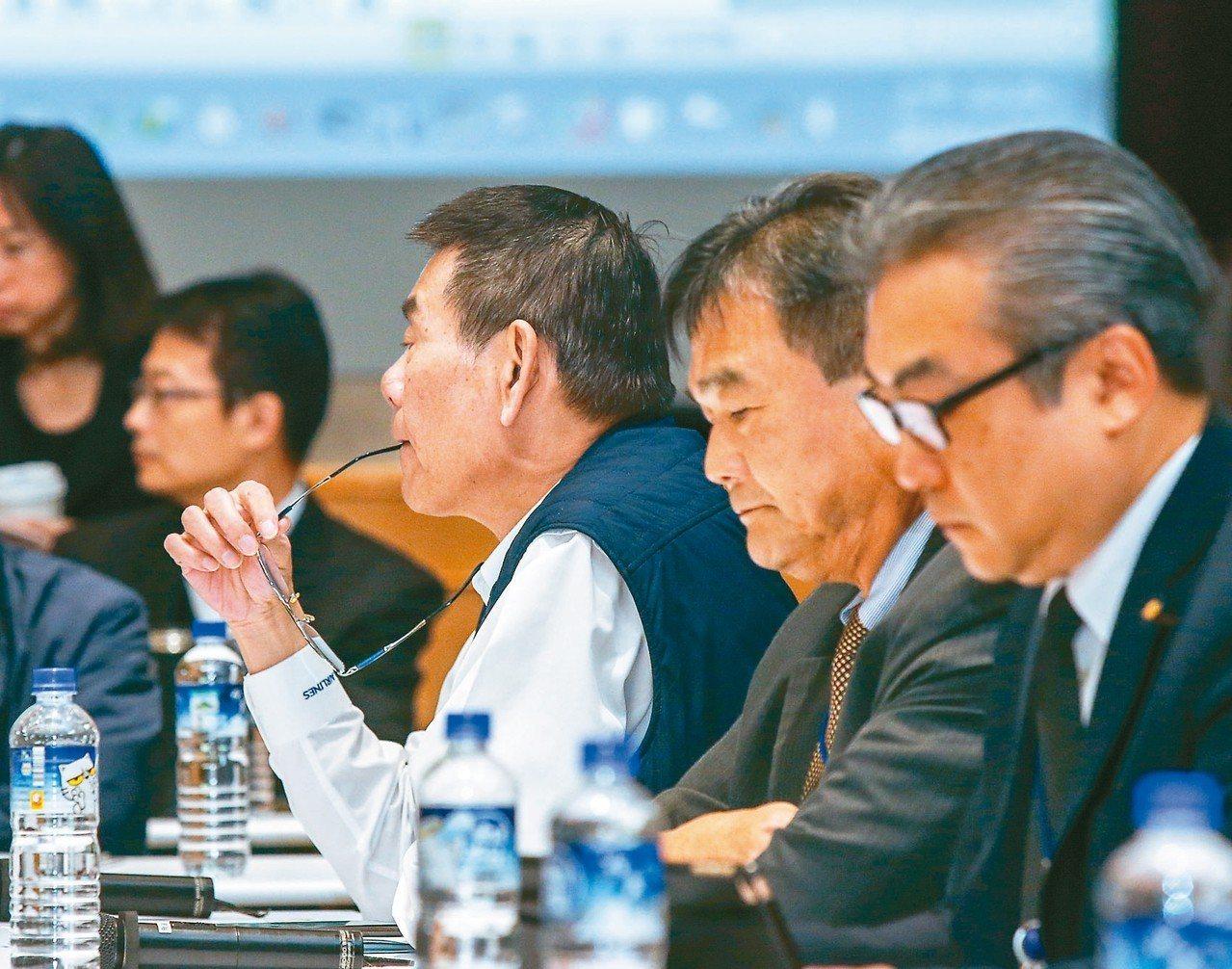 華航機師罷工第4次勞資座談會上午在交通部舉行,華航由總經理謝世謙(左起)、人力處...