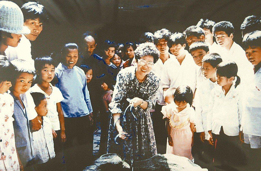 1990年呂秀蓮(中)前往福建省尋根謁祖,還與鄉人開簡單的談話會,當時她並無公職...