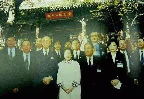 1998年蔡英文(前排右一)隨辜振甫訪問中國大陸,在北京香山碧雲寺前留影。  ...