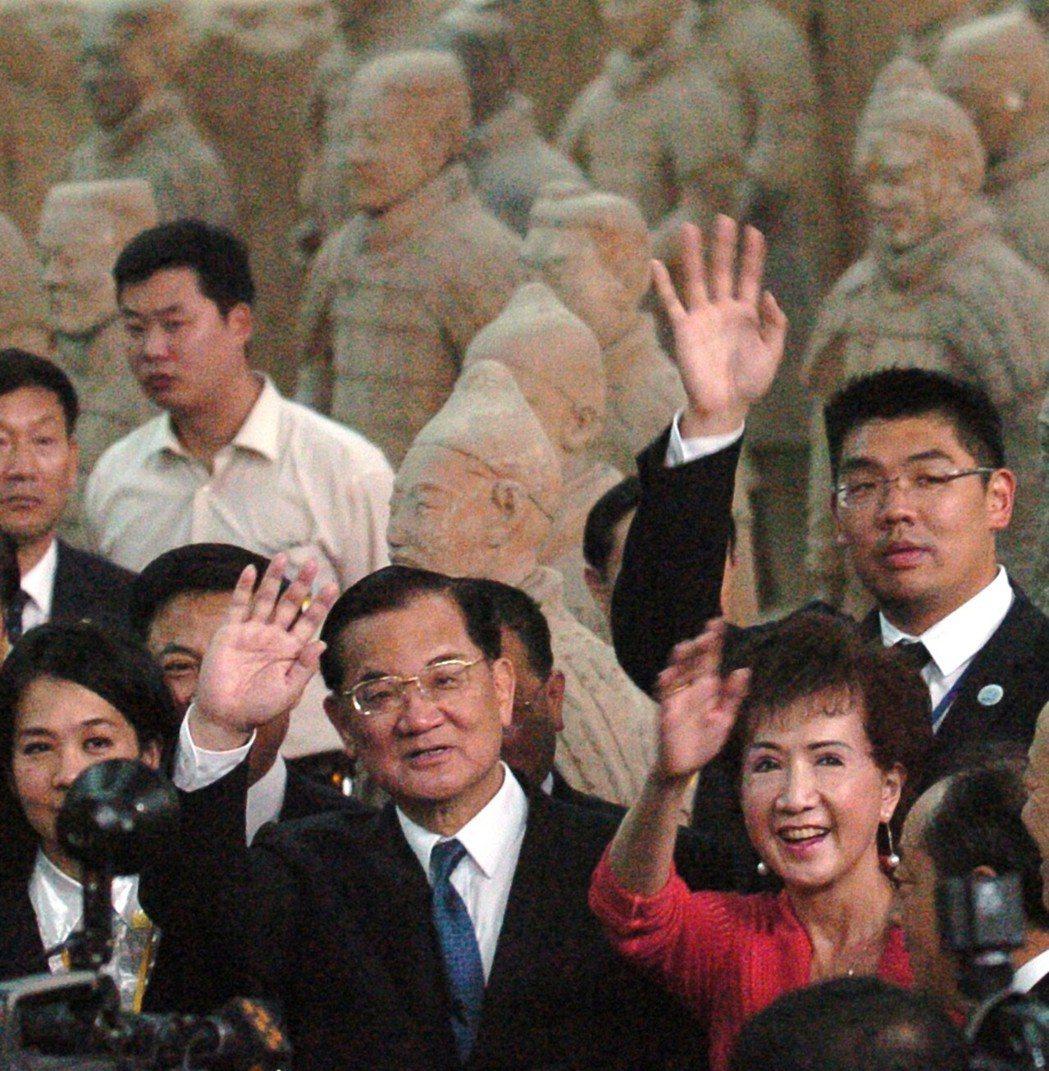 進行「和平之旅」的國民黨主席連戰,參觀兵馬俑博物館,並獲得直入坑道近距離參觀的禮...