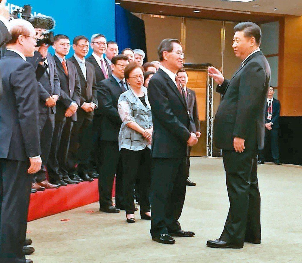 蕭萬長(右二)與大陸國家主席習近平(右一)會面,習近平強調兩岸前景光明。 聯合報...
