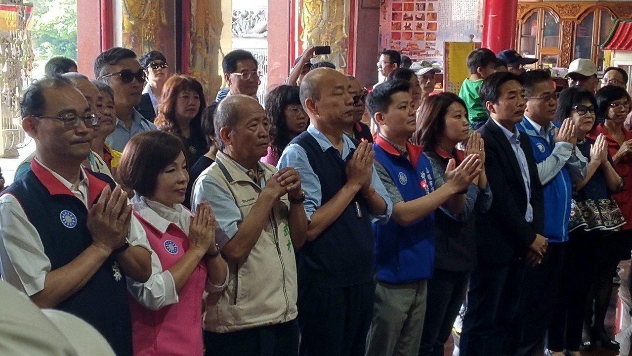 高市長韓國瑜(左四)今上午在保安宮參拜及發紅包。聯合報系資料照/記者蔡孟妤攝影