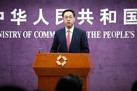 中國商務部發言人高峰今天表示,已經暫停辦理直銷相關的審批、備案等事項,正在積極會...