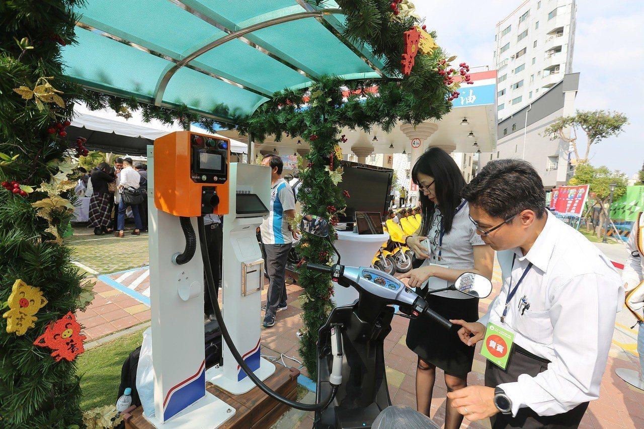 台灣中油首座多元電力供應及儲能系統的智慧綠能加油站台南前鋒示範站14日正式啟用,...