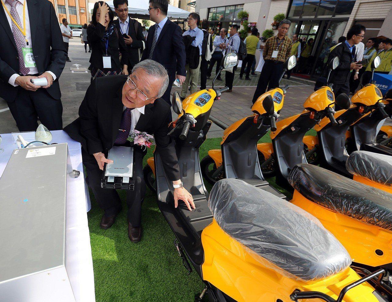 台灣中油14日宣布首座多元電力供應及儲能系統的智慧綠能加油站台南前鋒示範站正式啟...