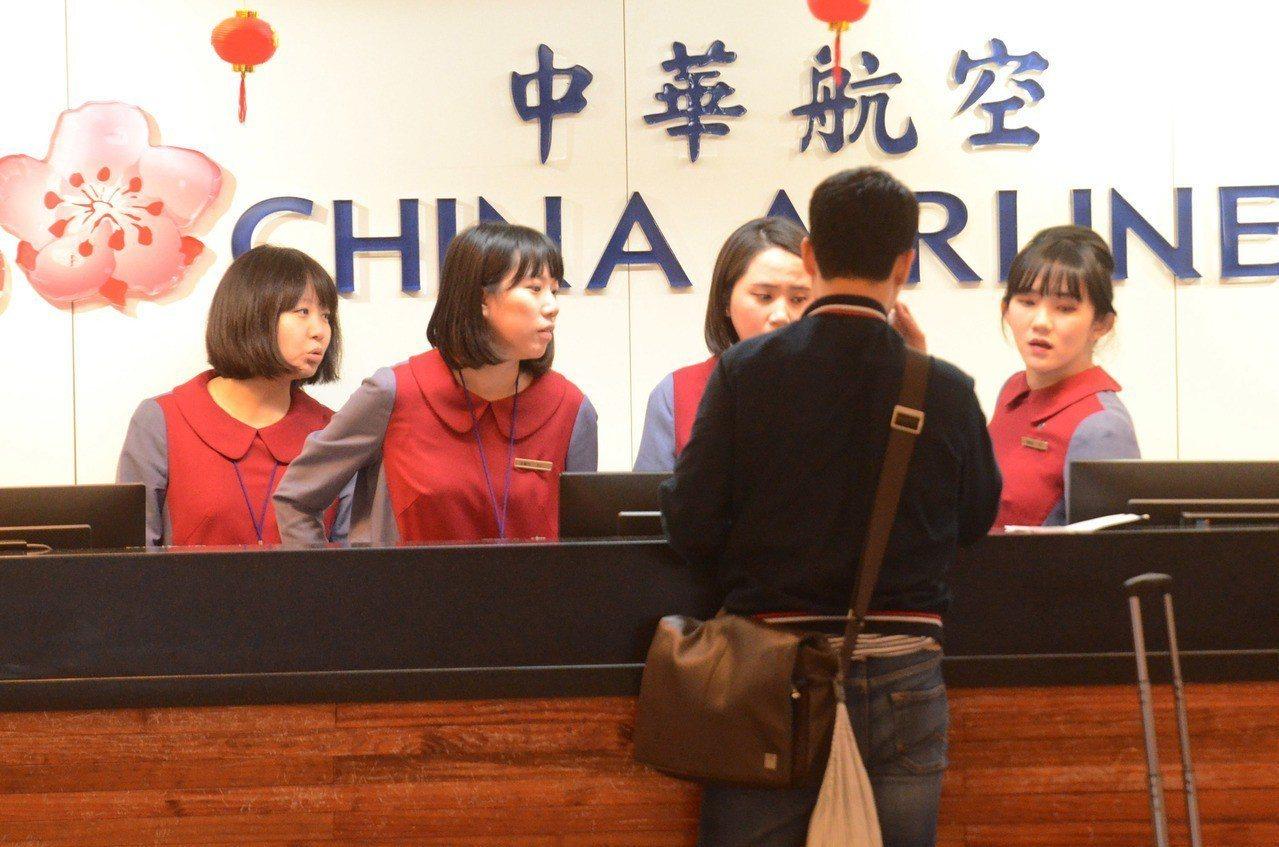 華航機師持續罷工,多數旅客都提早向華航詢問後續退票與航程簽轉事宜,但還是有不少轉...