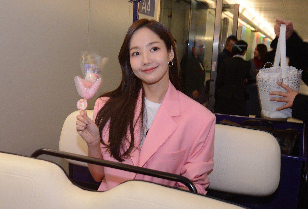 朴敏英14日晚間搭機來台,預計將出席時尚精品活動,她在機場揮舞可愛造型棒棒糖致意