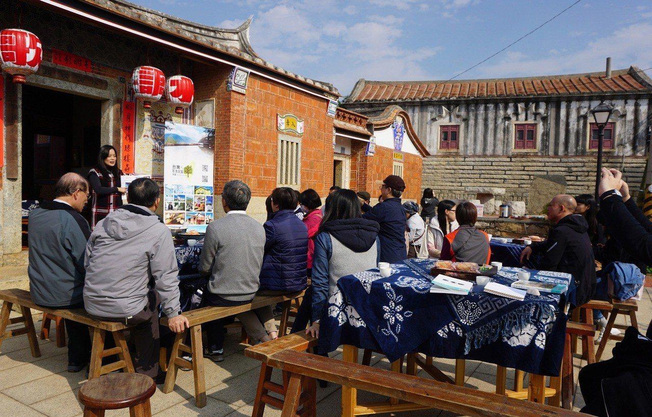 台灣好客民宿協會秘書長朱家瑩出版「好客民宿50+」一書,金門新書發表會14日在當...