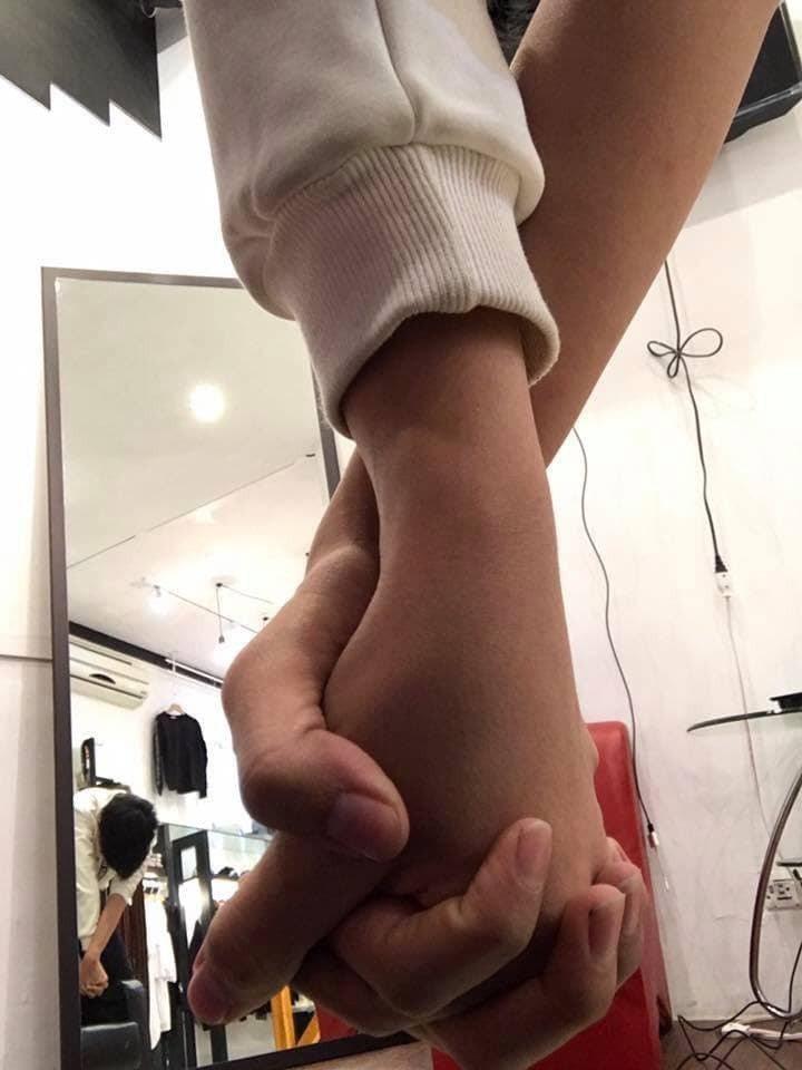 有網友跟風上傳照片到臉書放閃,但背後的一面鏡子卻出賣他,被網友笑稱是「大小老婆牽...