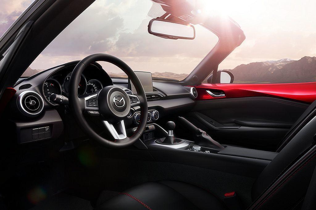2019新年式Mazda MX-5內裝維持TFT全彩多功能顯示幕、柔軟細緻的Nappa真皮座椅,以及9具揚聲器的BOSE音響系統。 圖/Mazda提供