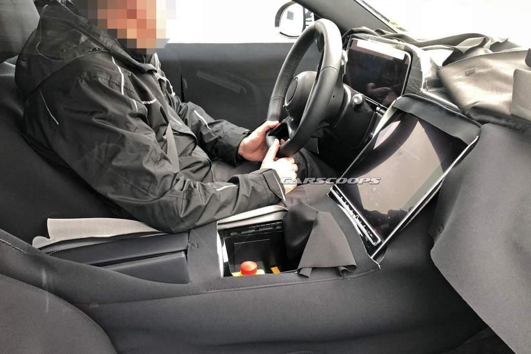 大改款Mercedes-Benz S-Class中控台配置了一塊超大的觸控式螢幕。 摘自Carscoops