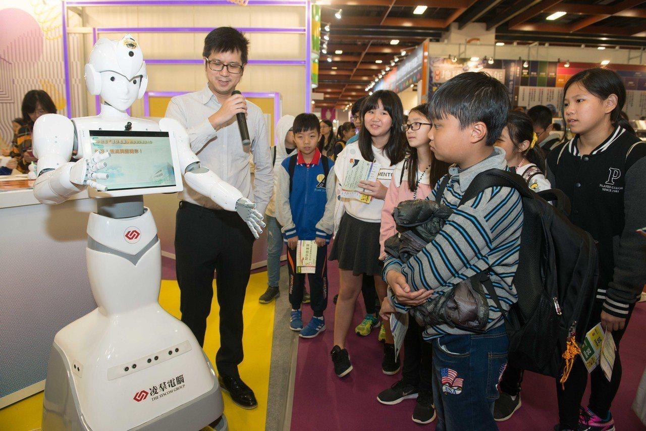 數位主題館首批由新莊思賢國小參與體驗,同學們擠爆現場,看到機器人Ayuda推薦大...