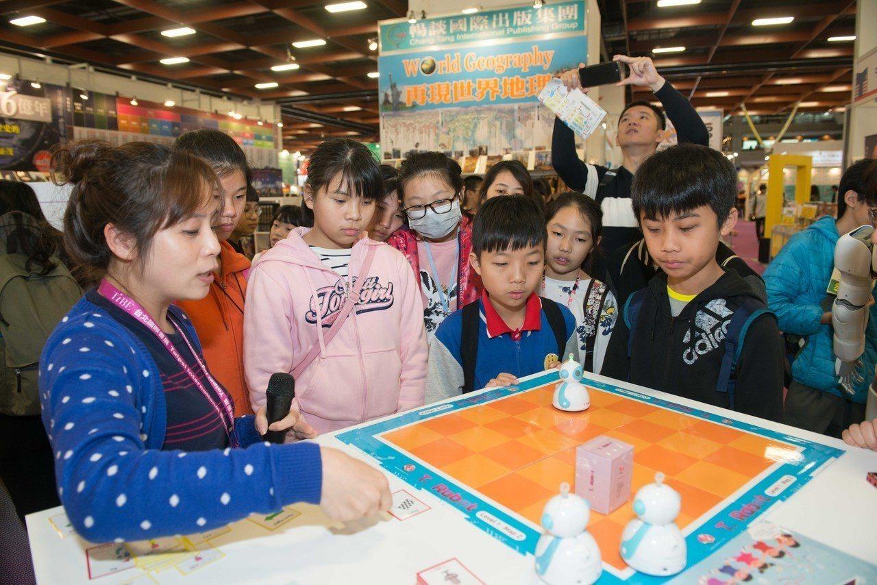 英閱機器人可愛造型,還可體驗創新閱讀的超酷玩法。 (圖/台北國際書展基金會 提供...