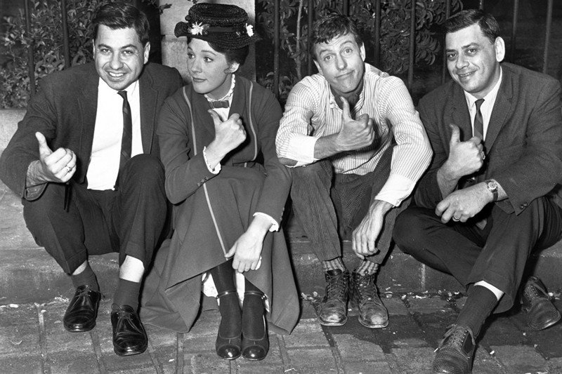 (左起)1964年《歡樂滿人間》的作曲人Richard M. Sherman、女主角Julie Andrews、男主角Dick Van Dyke、作曲人Robert B. Sherman。 圖/路透社
