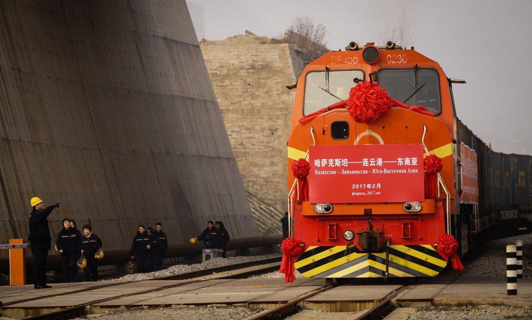 哈薩克與吉爾吉斯都是「一帶一路」倡議的國家,與中國毗鄰,需要向其靠攏,冀得來自中...