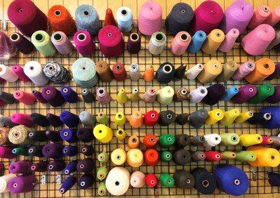 工廠內五顏六色的毛線。 記者張瀞文/攝影