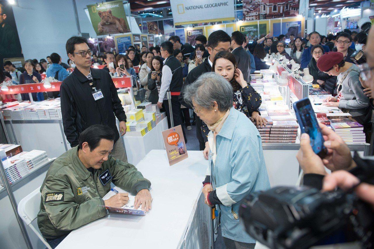 前總統馬英九簽書會現場。 (圖/台北國際書展基金會 提供)