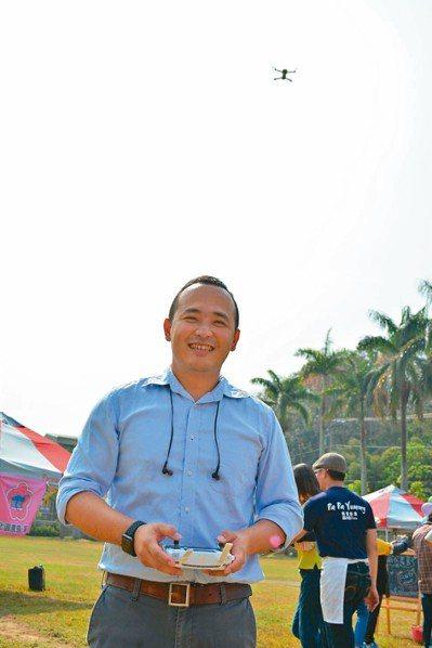 瓜瓜園第二代邱裕翔熱愛科技,將無人空拍機運用在農田管理。圖/報系資料照