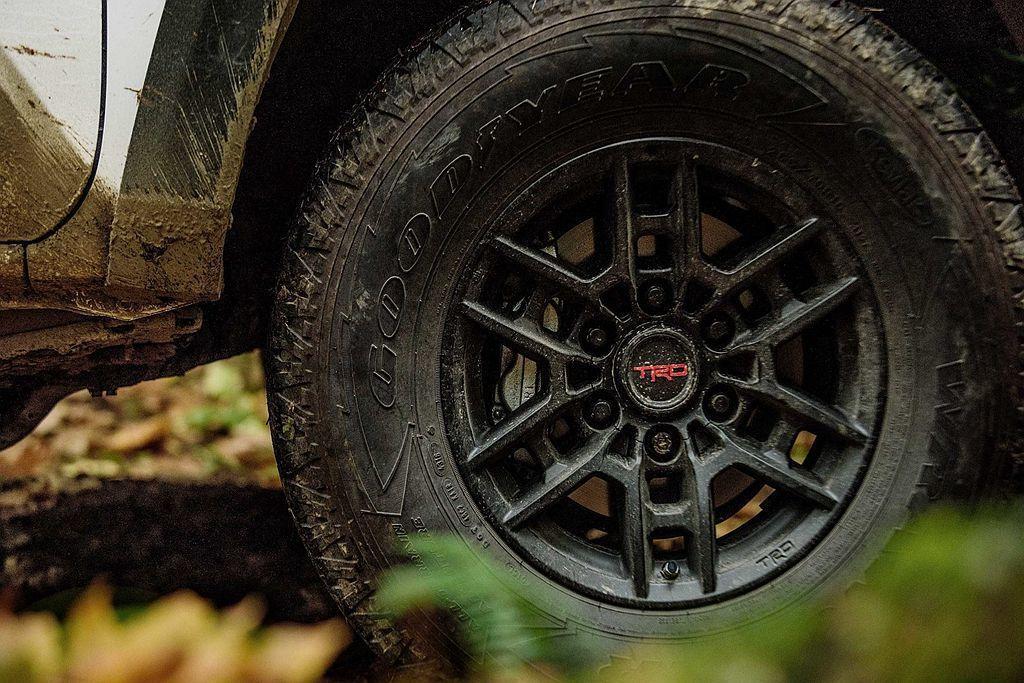 Toyota Tacoma TRD Pro專屬16吋輪框。 圖/Toyota提供