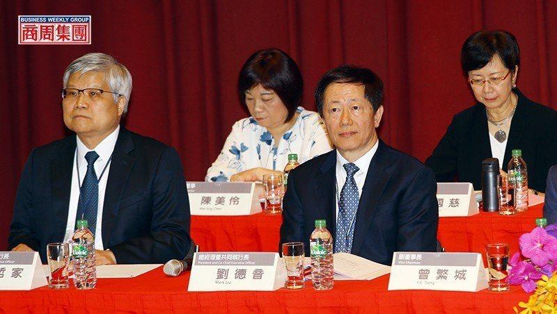 劉德音(右2)與魏哲家(左1)去年接任台積電董事長與總裁,雖採漸進式接班,上任後...