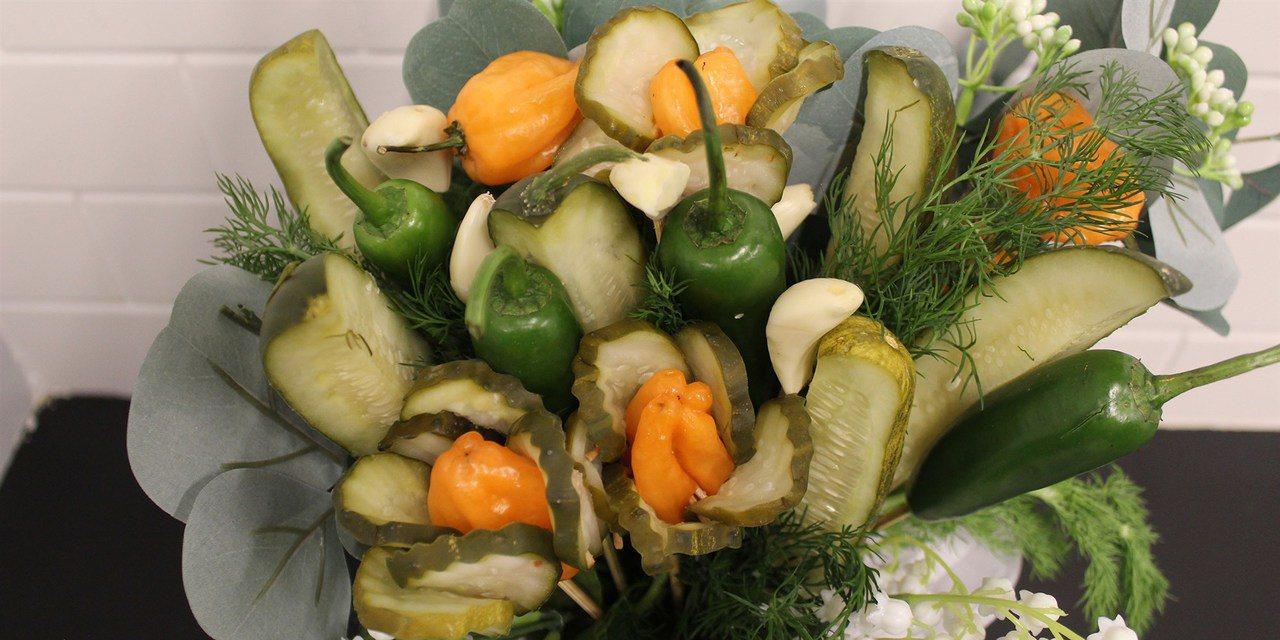 美國波士頓醃製青瓜公司Grillo推出的「情人節青瓜花束」。圖擷取自today網...