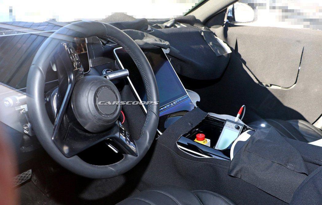 從駕駛座角度望去的大改款Mercedes-Benz S-Class內裝無偽裝照。...