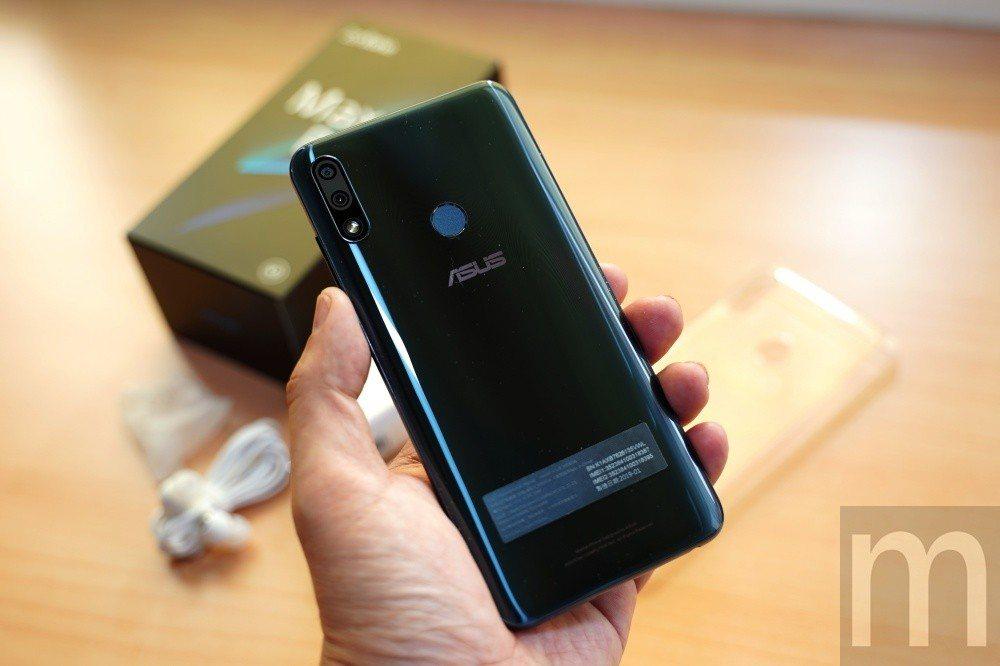 相比ZenFone Max (M2)採用玻璃背蓋質感設計