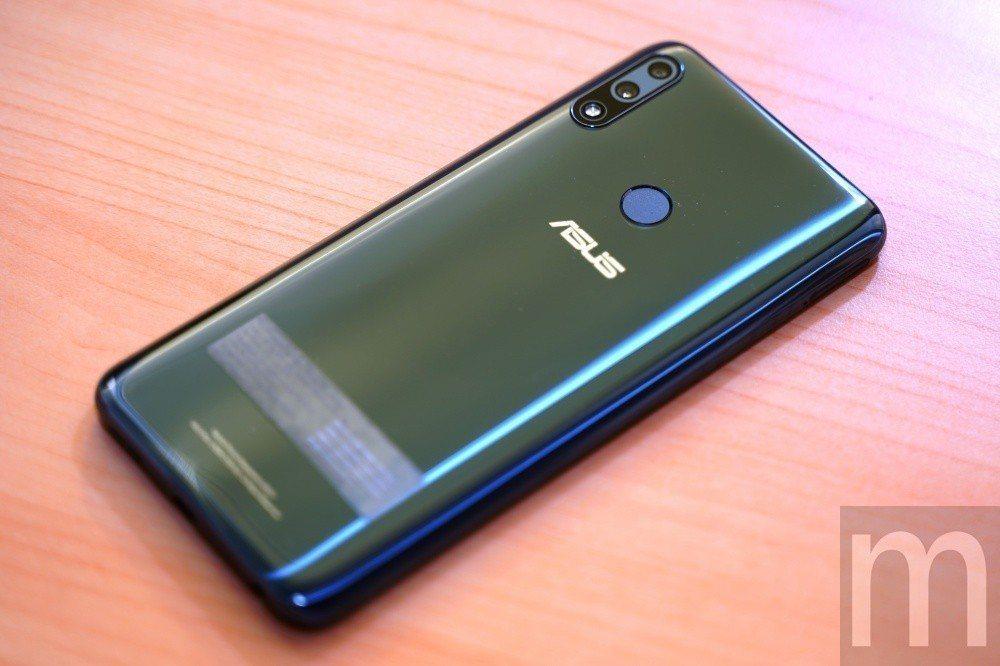 整體造型與ZenFone Max (M2)僅有些微差異,背蓋設計幾乎是眼睛所及最...
