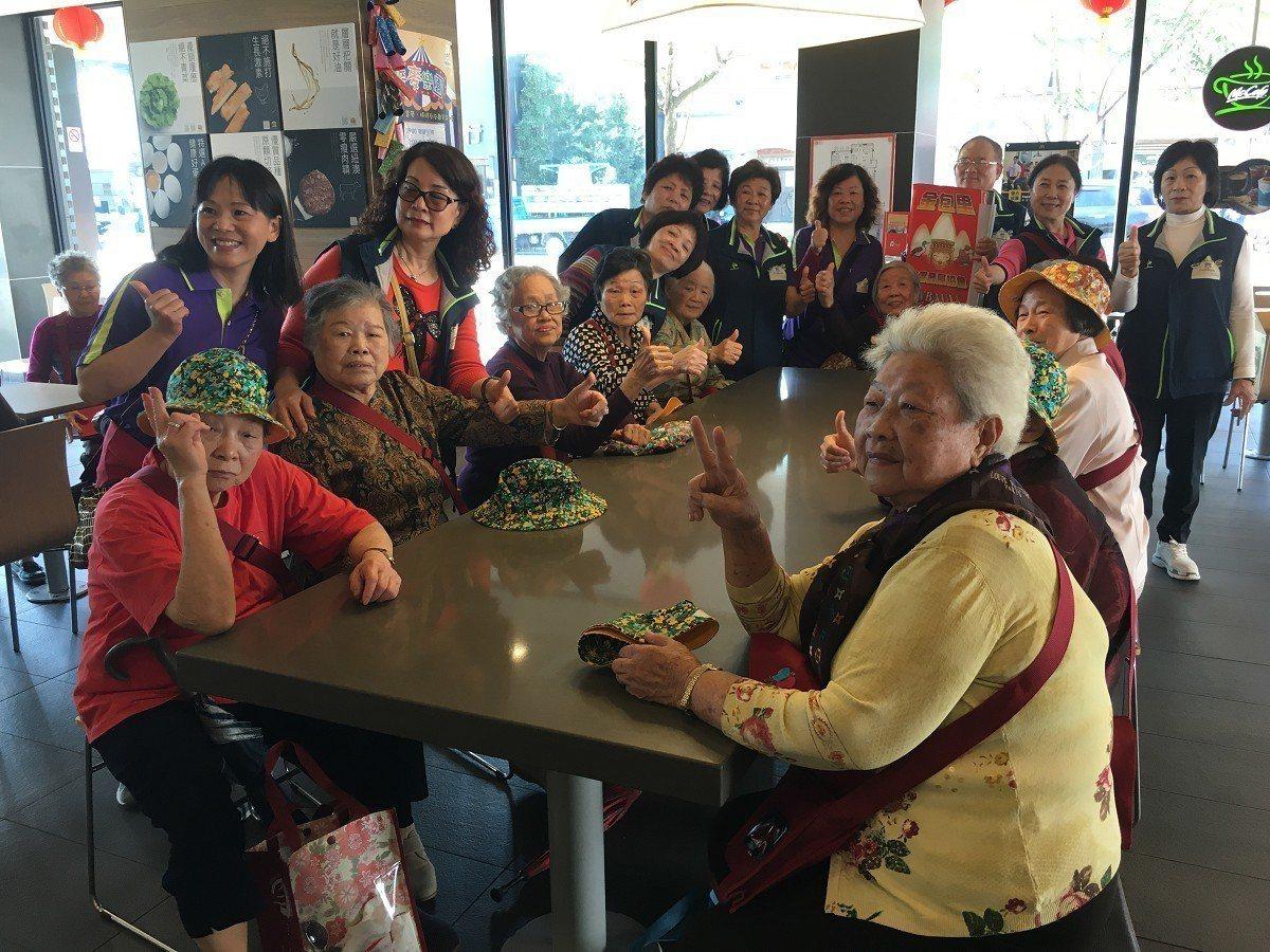金山區金包里社區預志工特別帶著長輩們外出去郊遊,也帶著長輩們去麥當勞,吃麥當勞做...