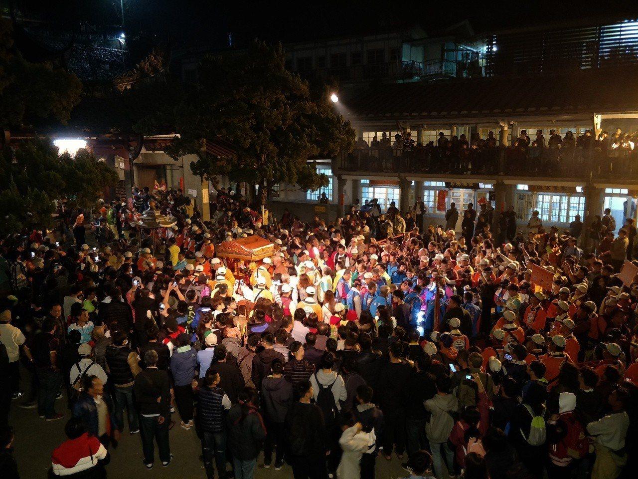 著名的台南東山迎佛祖回駕廟會,碧雲寺前湧入滿滿信眾。記者謝進盛/攝影