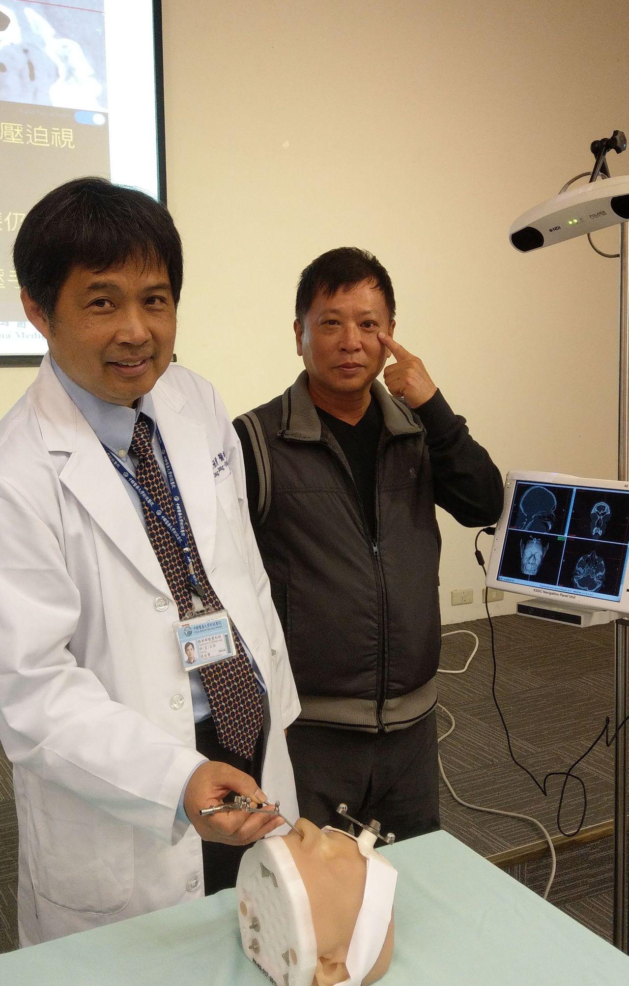 醫師張丞賢(左)說明,嚴姓男病患(右)接受內視鏡經鼻腔手術,深入左眼窩底部,並配...