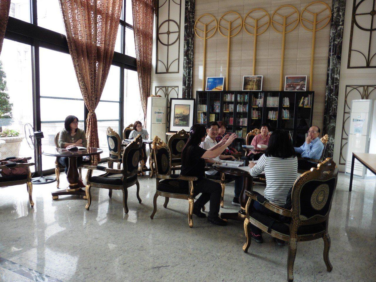 桃市府文化局補助社區購置新書,盼藉此活化社區圖書空間。圖/市府文化局提供