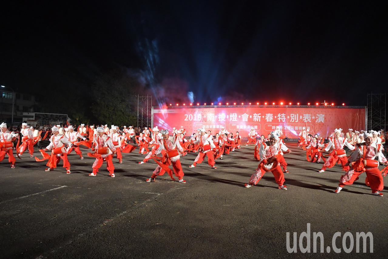 南投燈會在元宵期間邀請對岸國際級非物質文化遺產演出,昨晚由陝西安塞腰鼓打頭陣率先...