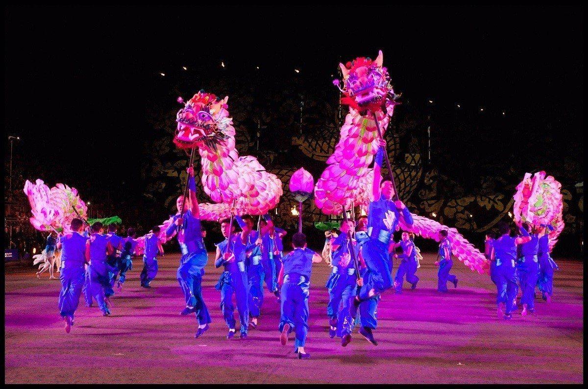 詩畫浙江燈彩藝術表演今年首度登台,百葉龍是朵朵碩大柔美荷花串成的巨龍,柔中帶剛。...