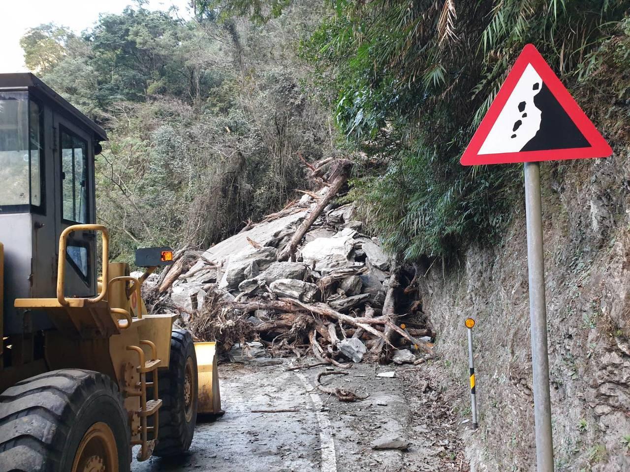 中橫公路148公里處,上午發生坍方,公路單位已派人搶修。圖/民眾提供