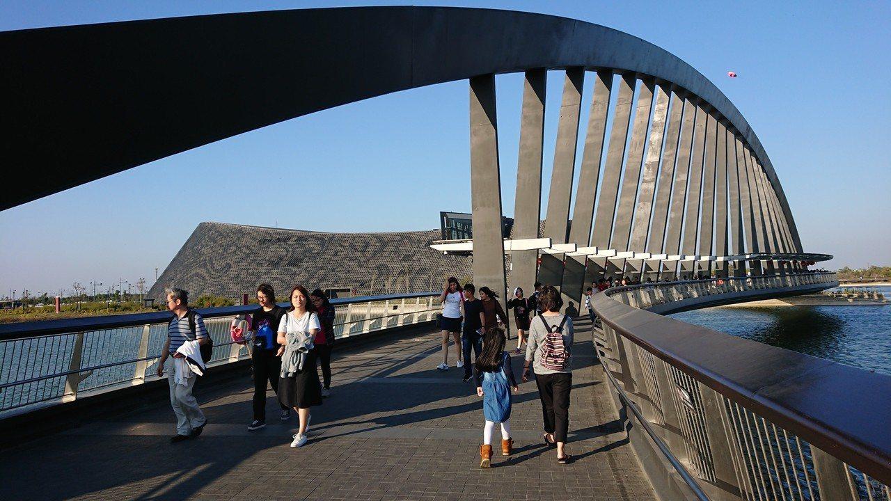 故宮南院至美橋造型唯美,是許多遊客拍照取景重點。記者卜敏正/攝影
