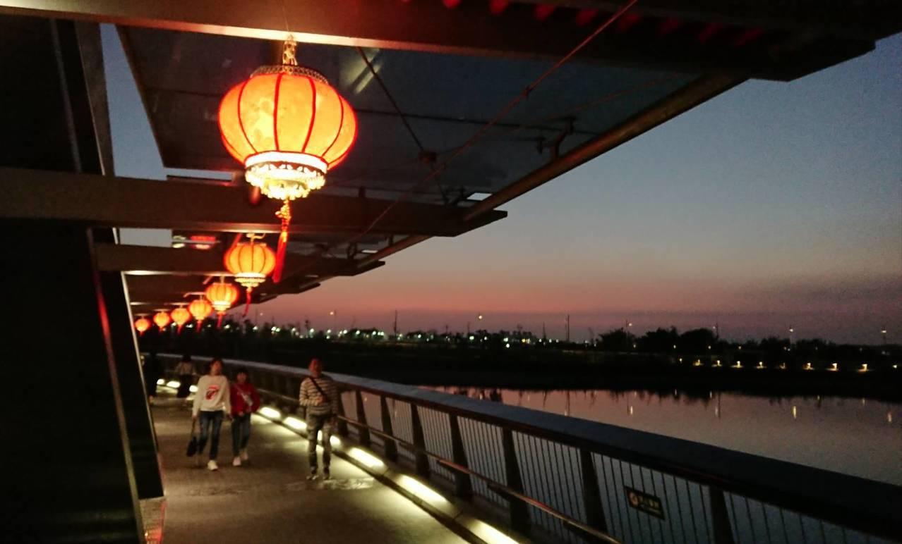 遊客傍晚離開前還可到至美橋旁,欣賞湖畔夕照、晚霞餘暉倒影美景。記者卜敏正/攝影