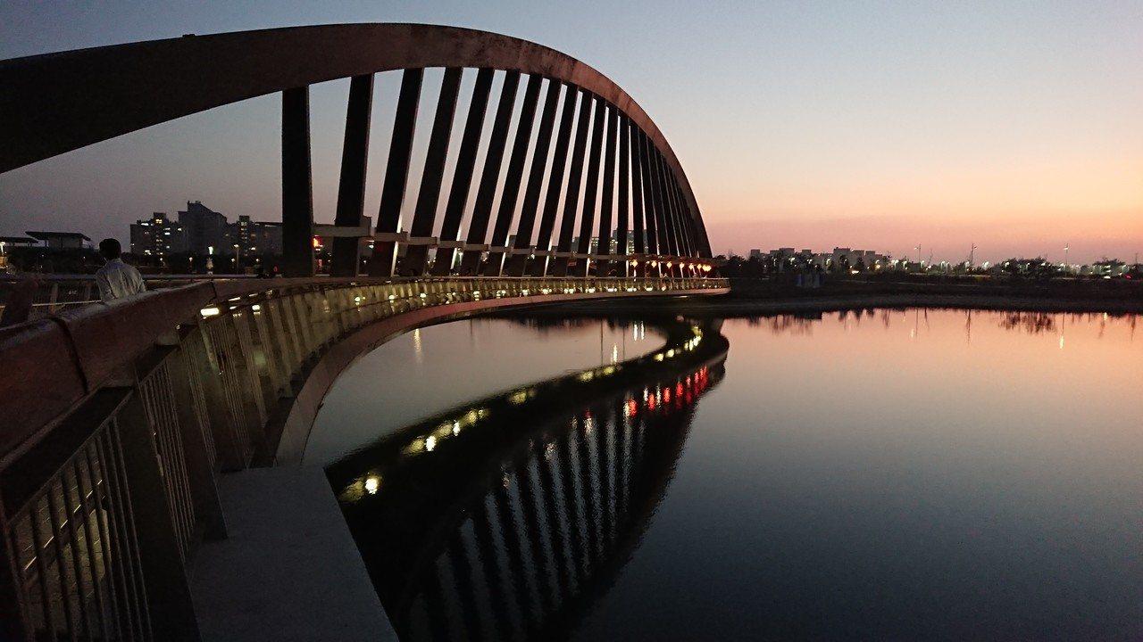 遊客傍晚離開前還可到至美橋旁,欣賞湖畔夕照、落日餘暉倒影美景。記者卜敏正/攝影記...