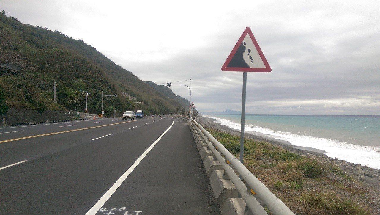 正常版的注意落石交通號誌牌,落石方向是隨著邊坡的方向而定。記者尤聰光/攝影