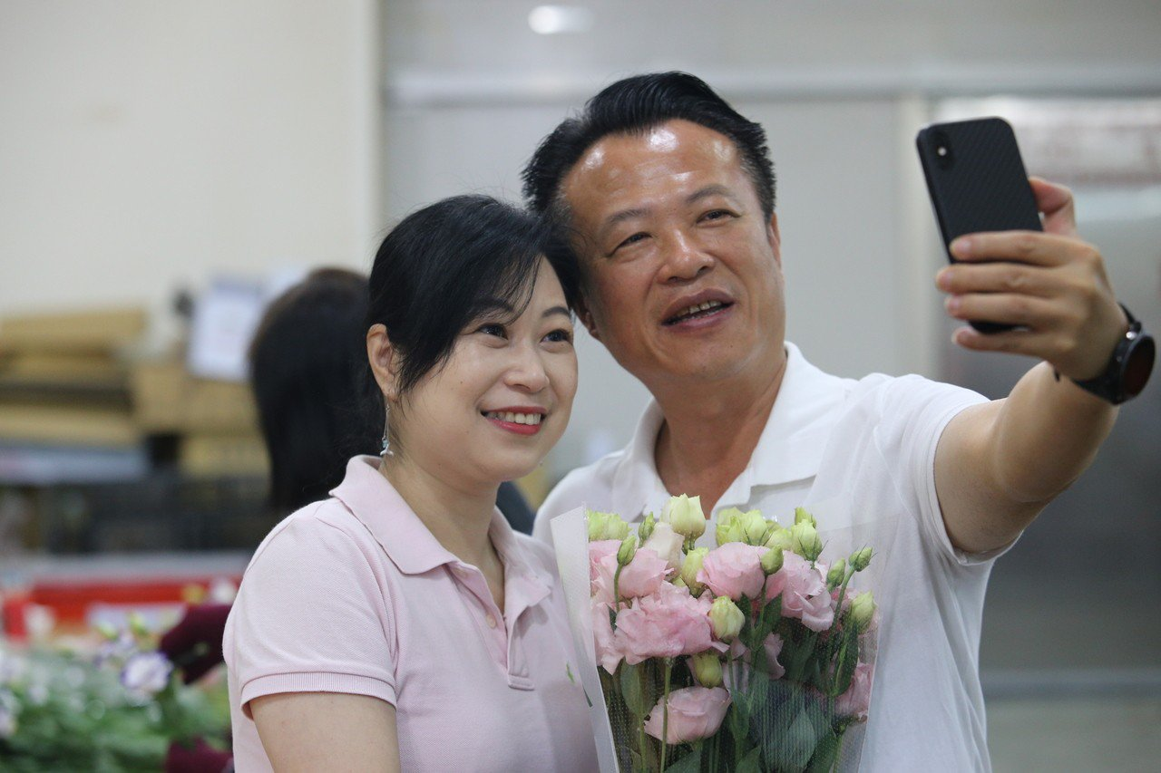 今天西洋情人節,縣長翁章梁(右)送洋桔梗給夫人劉莉英。記者謝恩得/翻攝
