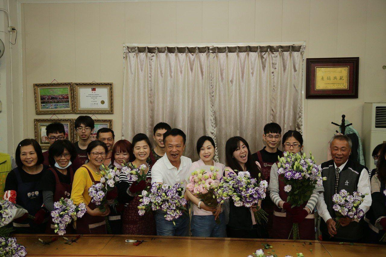 縣長翁章梁(左六)關心新港鄉最具競爭力的洋桔梗產業。記者謝恩得/翻攝