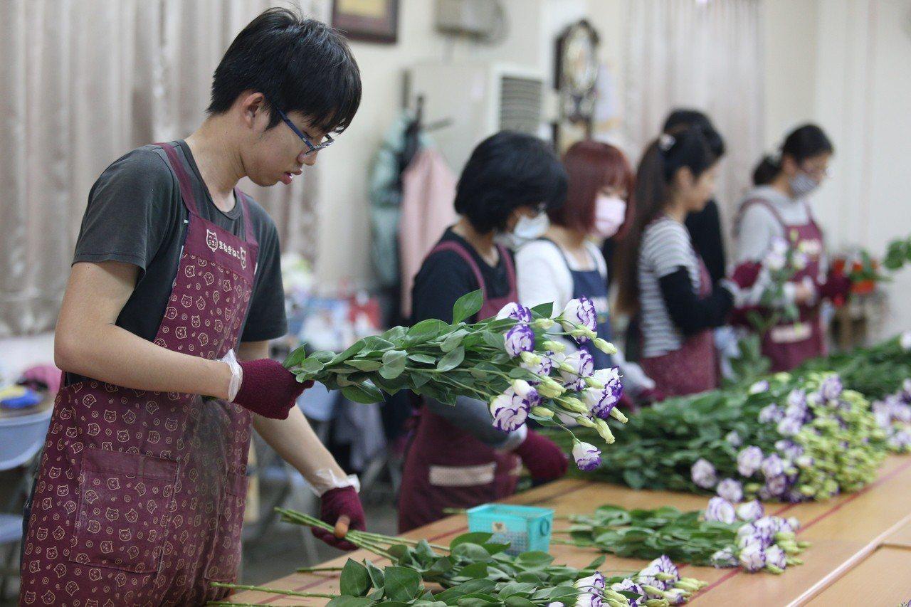 台灣每年銷往日本的洋桔梗數量有320萬株,品種28種,新港就占了80萬株。。記者...