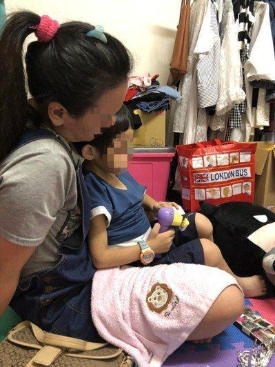 新竹發生令人痛心的虐童案,新竹地檢署除依傷害與強制罪嫌起訴2人外,也因2人故意對...