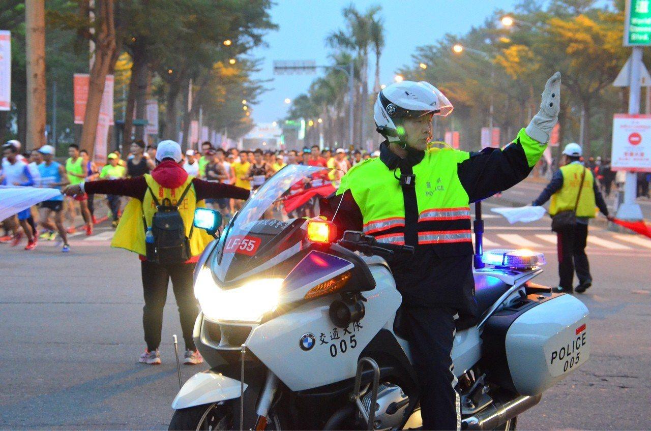 因應高雄國際馬拉松比賽,高雄市警方2月17日將在9行政區實施交管措施。記者林保光...