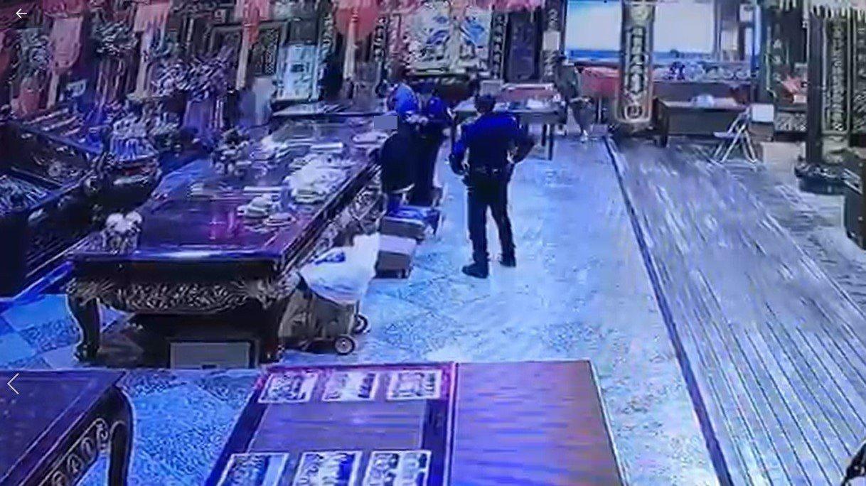 市警第一分局忠二路派出所長郭雲龍到慶安宮拜拜時意外逮獲涉竊案女車主。圖/警方提供