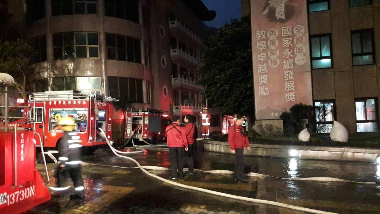 文大火警,昨晚上百名消防人員在場救援。記者蕭雅娟/翻攝