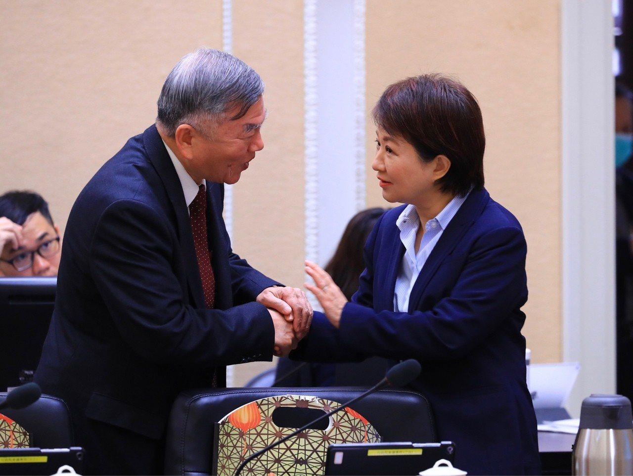 台中市長盧秀燕(右)今出席行政院會,與經濟部長沈榮津會面握手;兩人周二就中火四號...
