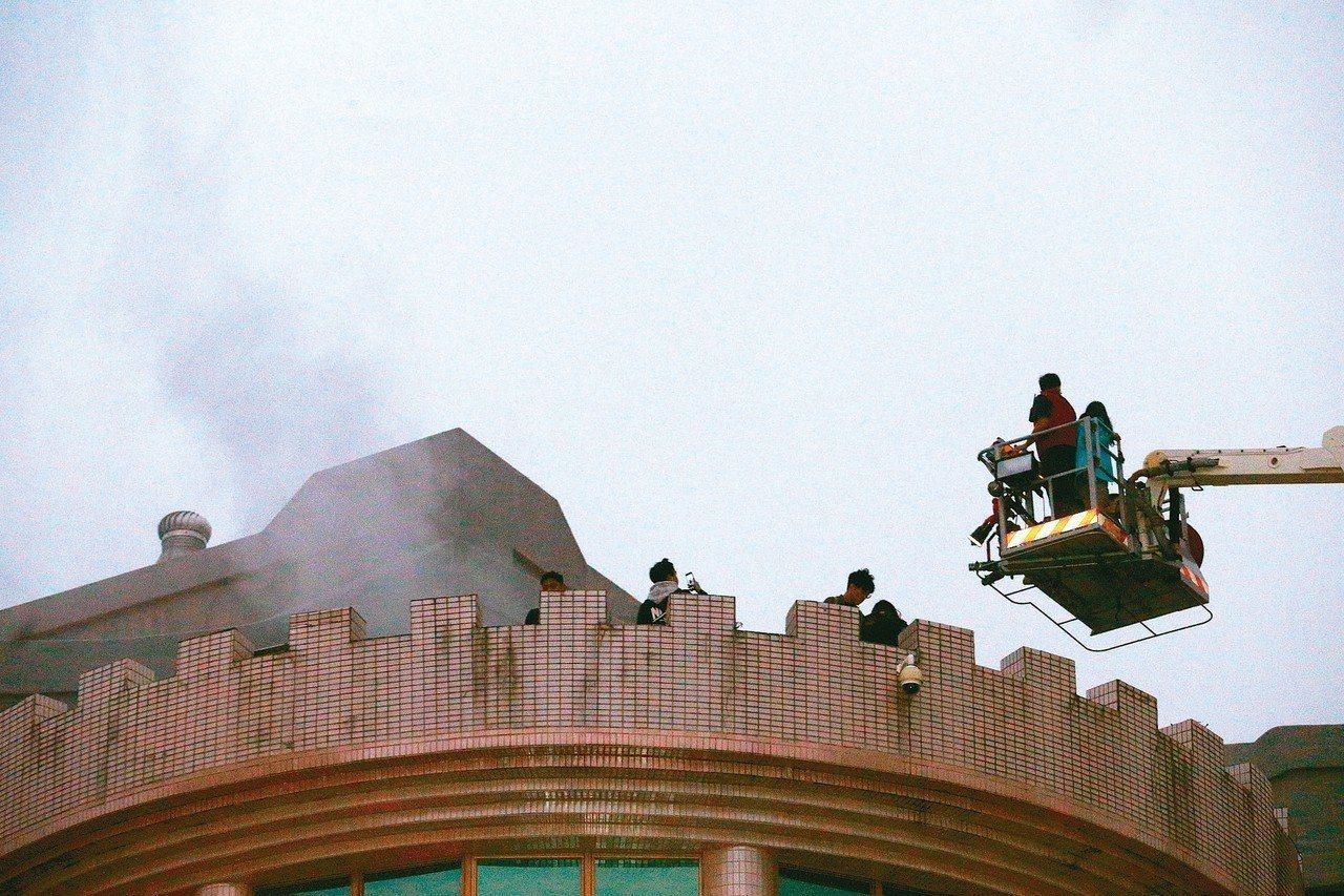 文化大學大典館昨發生火警,造成2女重傷,又爆出大樓高樓層是違建。圖/本報資料照